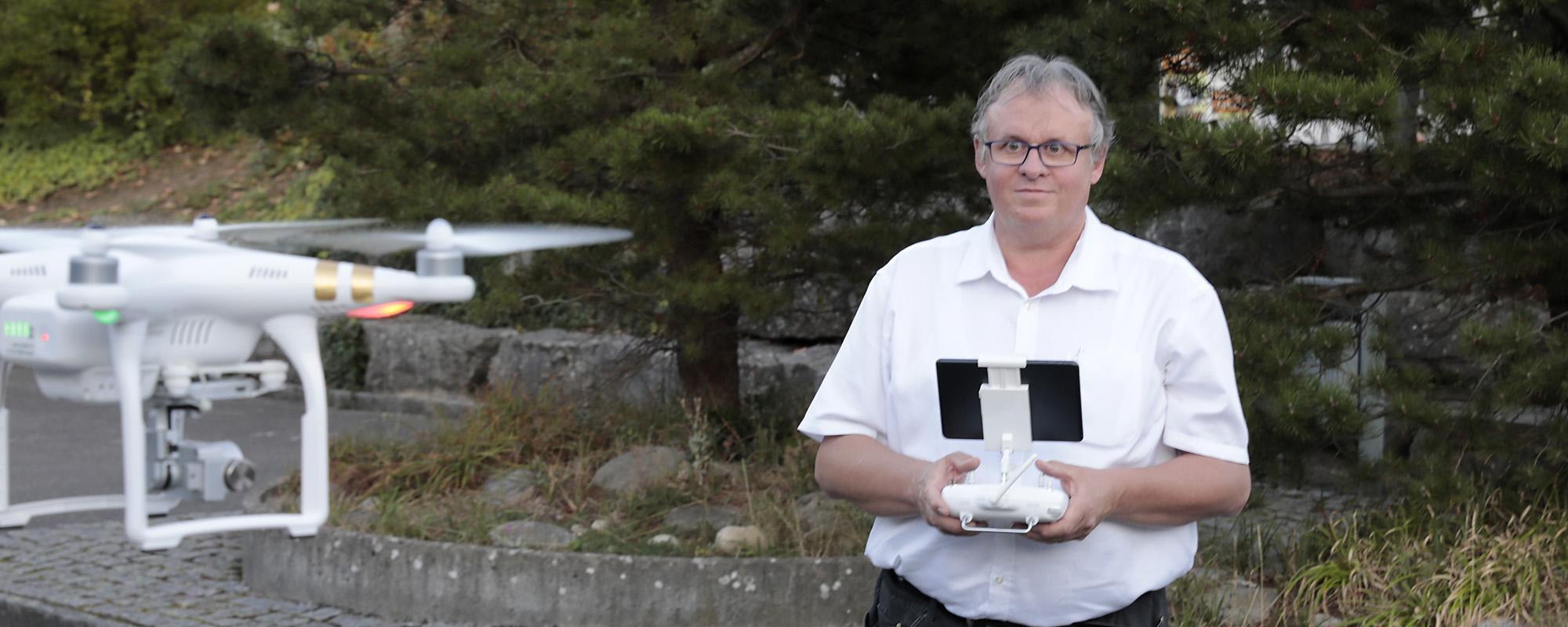 Felix Brodmann mit Drohne
